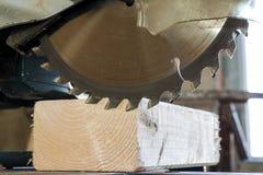 La circulaire a vu couper la planche en bois Lame avec le plan rapproché de conseil OE Images stock