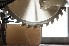 La circulaire a vu couper la planche en bois Lame avec le plan rapproché de conseil OE Photographie stock libre de droits