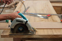 La circulaire a vu couper le morceau de bois dans l'atelier de menuiserie Photo libre de droits