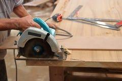 La circulaire a vu couper le morceau de bois dans l'atelier de menuiserie Images libres de droits