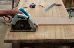 La circulaire a vu couper le morceau de bois dans l'atelier de menuiserie Photographie stock libre de droits