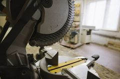 La circulaire a vu dans l'atelier de menuiserie photographie stock libre de droits