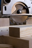 La circulaire a vu et bois de construction Photographie stock
