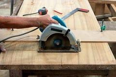La circulaire a vu la planche en bois de coupe dans l'atelier de menuiserie Photos stock