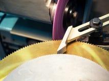 La circulaire a vu la production par le processus de meulage de haute précision photo stock