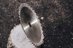 La circulaire a vu le plan rapproché en métal sur un fond foncé photo libre de droits