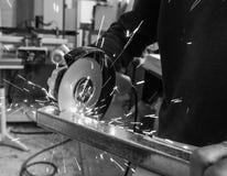 La circulaire a vu le sawing avec des étincelles Pékin, photo noire et blanche de la Chine Un homme travaillant avec l'outil élec Photographie stock