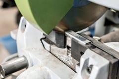 La circulaire a vu la machine Coupure d'un métal et d'un acier avec avec la lame pointue et circulaire dans l'intérieur d'atelier images libres de droits
