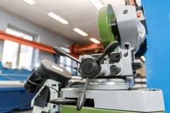 La circulaire a vu la machine Coupure d'un métal et d'un acier avec avec la lame pointue et circulaire dans l'intérieur d'atelier image libre de droits