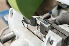 La circulaire a vu la machine Coupure d'un métal et d'un acier avec avec la lame pointue et circulaire dans l'intérieur d'atelier photos stock