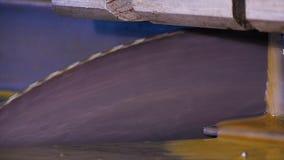 La circulaire a vu pour couper l'aluminium Métal de sawing La circulaire a vu le métal de coupe profiler ou la barre en métal Cou Photographie stock libre de droits