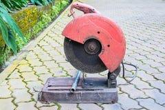 La circulaire a vu pour préparer pour couper le tuyau en métal dans le jardin images libres de droits