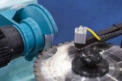 La circulaire a vu la production par le processus de meulage de haute précision image stock