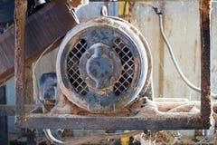 La circular vio el motor de la máquina en una carpintería Imágenes de archivo libres de regalías