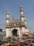 La circulation entoure le Charminar Photo libre de droits