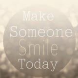 La cita de motivación hermosa con el mensaje hace que alguien sonríe a imagen de archivo libre de regalías