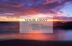 La cita de motivación inspirada su único límite es usted, con paisaje borroso hermoso del paisaje de la playa en la exposición la imagen de archivo libre de regalías