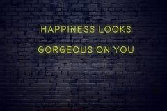 La cita inspiradora positiva en señal de neón contra felicidad de la pared de ladrillo parece magnífica en usted ilustración del vector