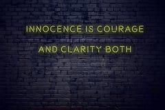 La cita inspiradora positiva en señal de neón contra inocencia de la pared de ladrillo es valor y claridad ambos libre illustration