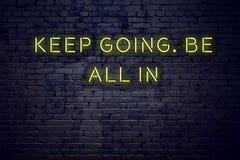 La cita inspiradora positiva en señal de neón contra la pared de ladrillo guarda el ir esté todo adentro ilustración del vector
