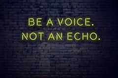 La cita inspiradora positiva en señal de neón contra la pared de ladrillo sea una voz no un eco ilustración del vector