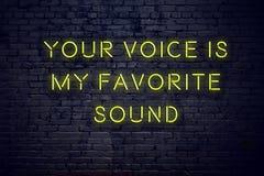 La cita inspiradora positiva en señal de neón contra la pared de ladrillo su voz es mi sonido preferido stock de ilustración