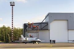 La citación Excel 560XL de Cessna del jet del negocio se coloca delante de hangar del aeropuerto el 22 de septiembre de 2012 en O Imagen de archivo libre de regalías
