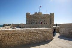 La citadelle de Qaitbey a situé sur le port oriental à l'Alexandrie en Egypte photographie stock
