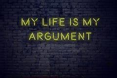 La citation de inspiration positive sur l'enseigne au néon contre le mur de briques ma vie est mon argument illustration stock