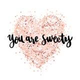 La citation de main-dessin : Vous êtes bonbon, dans un style calligraphique à la mode, sur un coeur rose de scintillement d'or Images libres de droits
