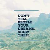 """La citation de motivation inspirée """"n'indiquent pas aux gens vos rêves Montrez-les  d'†avec le mountaind photographie stock"""