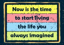 La citazione d'ispirazione di motivazione ora è il momento di cominciare vivere la vita voi manifesto sempre immaginato di vettor illustrazione di stock