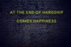 La citazione d'ispirazione positiva sull'insegna al neon contro il muro di mattoni alla conclusione delle difficoltà viene felici illustrazione di stock