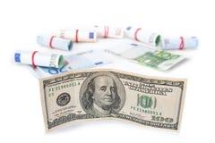 La citazione del dollaro si è sviluppata contro l'euro Banconote su un fondo bianco Fotografie Stock Libere da Diritti