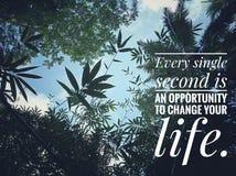 La citazione motivazionale ispiratrice ogni singolo seconda è un'opportunità di cambiare la vostra vita Con la bella natura di va fotografia stock