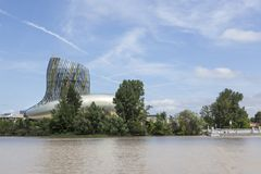 La La citent du vin sur les banques de la Garonne en Bordeaux, France photo stock