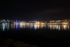 La città accende la riflessione in acqua fotografie stock