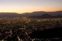 La città alla notte, fra le montagne Fotografie Stock