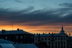 La città alloggia la siluetta nella sera Fotografia Stock