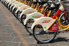 La città bikes per affitto a Milano, Italia Immagine Stock Libera da Diritti