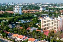 La città con gli alberi verdi ha bagnato in sole dorato nel pomeriggio Fotografia Stock Libera da Diritti