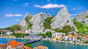 La città costiera di Omis ha circondato con le montagne in Croazia Immagine Stock