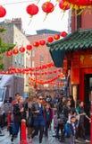 La città della Cina è decorata dalle lanterne cinesi e dai lotti dei turisti e dei londinesi che camminano sulla via Chinatown è  Immagini Stock