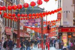 La città della Cina è decorata dalle lanterne cinesi e dai lotti dei turisti e dei londinesi che camminano sulla via Chinatown è  Immagine Stock