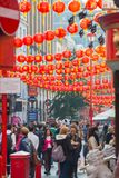 La città della Cina è decorata dalle lanterne cinesi e dai lotti dei turisti e dei londinesi che camminano sulla via Chinatown è  Fotografia Stock