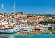 La città della spiaggia di Cassis nel Riviera francese Fotografia Stock Libera da Diritti