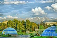 La città di Almaty Il quadrato con le viste delle montagne di Zailiysky Alatau Immagini Stock
