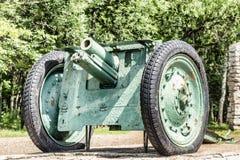 La città di Birsk Parcheggi la cazzuola Pistola reggimentale su un piedistallo Immagini Stock