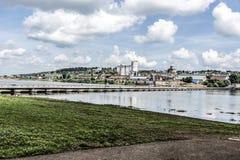 La città di Birsk Vista della città dal ponte di barche Immagine Stock Libera da Diritti
