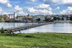La città di Birsk Vista della città dal ponte di barche Fotografia Stock